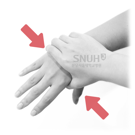 손허리손가락관절 누르기